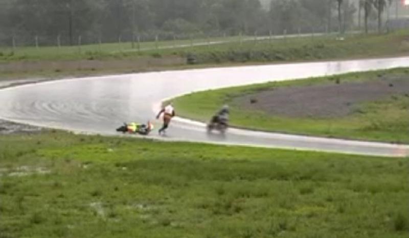 Мотогонщик симулирует обморок после аварии