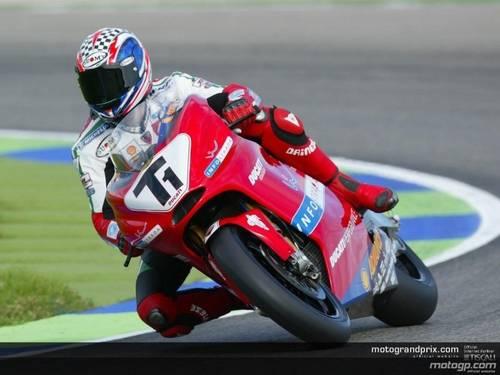 2002 год. Бэйлис тестирует будущий GP3. Посадка типично супербайковская - эти парни не  привыкли в поворотах сильно свешиваться и прижиматься к мотоциклу.