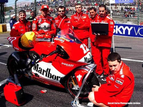 Сузука-2003, первый боевой этап для Desmosedici. Трой со своей командой - к старту готовы!