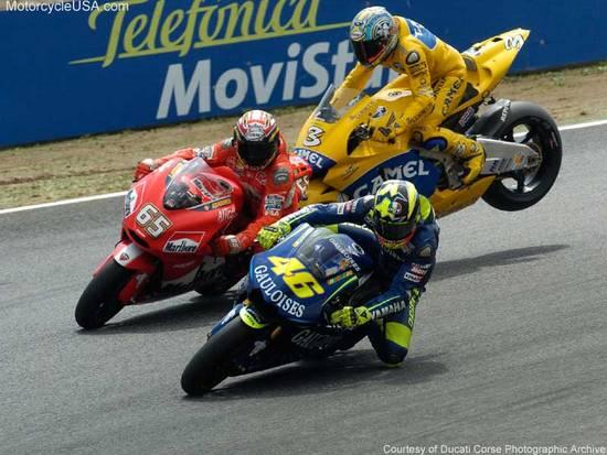 Один из курьезов сезона-2004 случился на португальском этапе. Бьяджи ошибся со скоростью и в мощнейшем торможении пытается уйти от столкновения с Капирексом. Лорис продолжил гонку, Макс сошел