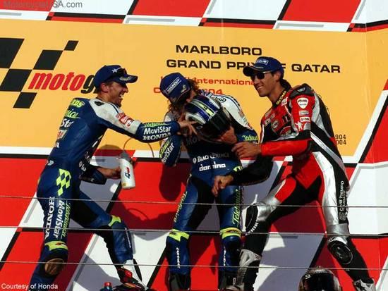 Катар-2004. Рубен Чаус обогнал заводских дукатистов и первым привел Desmo на подиум, несмотря на репутацию самого падающего гонщика