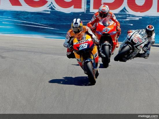 Стоунер смог поставить новый рекорд трека, но неуверенность в мотоцикле не позволила удержать Лоренсо. А Педроса устранился сам