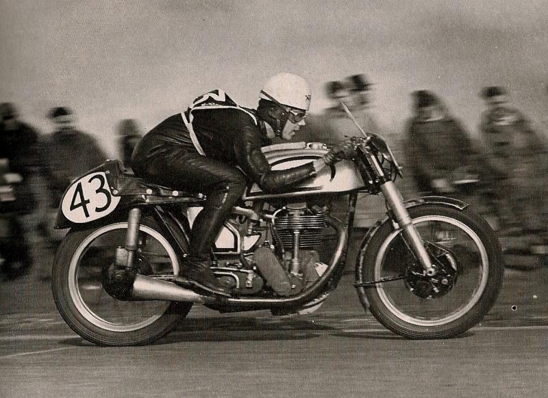 Norton Manx отличался от других мотоциклов компактностью, хорошей маневренностью и низким центром тяжести. Благодаря этому Джефф Дюк смог немного иначе взглянуть на основы управления гоночным байком