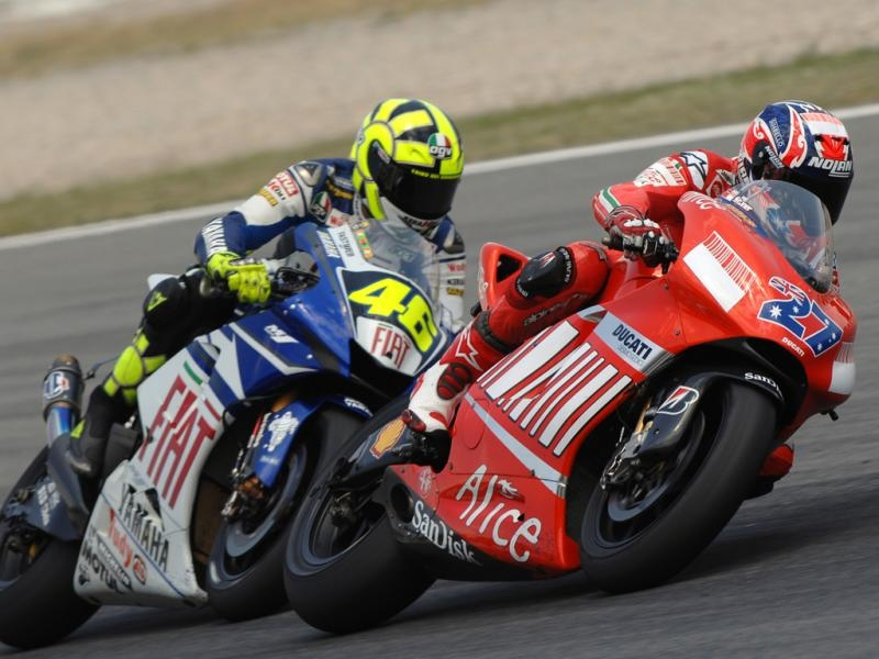"""Увеличение сцепных свойств Michelin и покладистый характер Yamaha отучили Валентино Росси от """"хондовского"""" грязного стиля езды. Так что, когда Кейси Стоунер напомнил всему чемпионату о том, что такая езда все еще может быть актуальна, Росси не сразу смирился с этой новостью"""