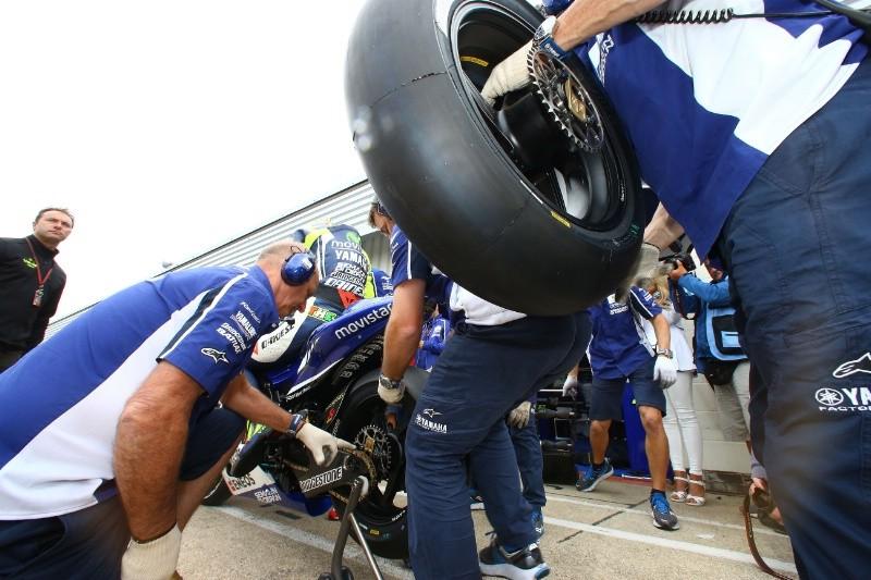 Гонщики MotoGP испытают новую резину Michelin на предсезонных тестах в Сепанге