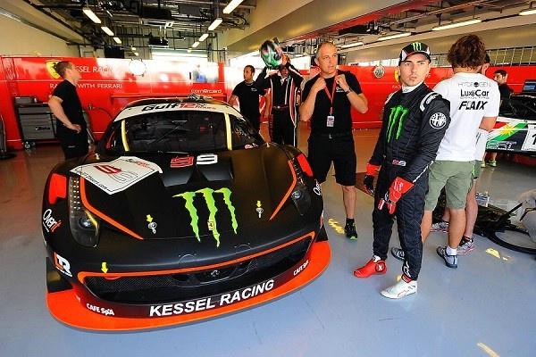 Хорхе Лоренцона треке Яс Марина в 12-часовой гонке на выживание на спортивном автомобиле Ferrari 458 GT3