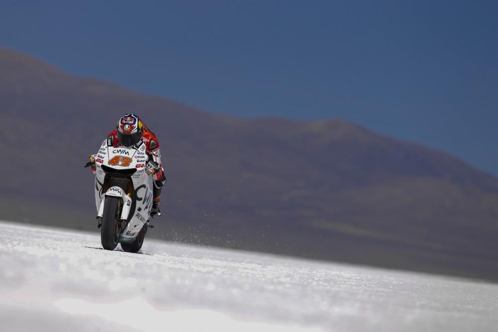 Джек Миллер покорил соляную пустыню на своем мотоцикле
