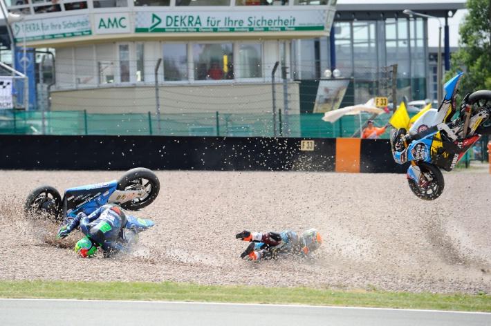 Столкновение между Рабатом и Морбиделли в гонке Moto2 Гран-При Германии 2015
