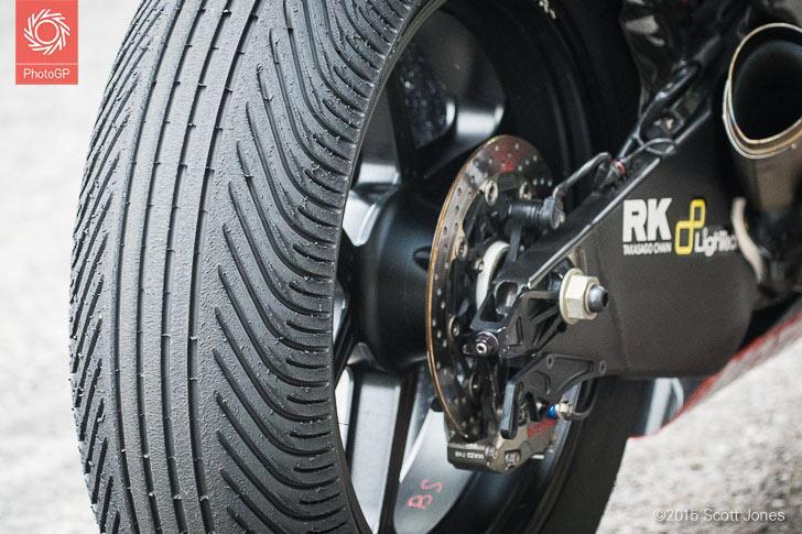 Фото задней дождевой покрышки Michelin на мотоцикле Смита