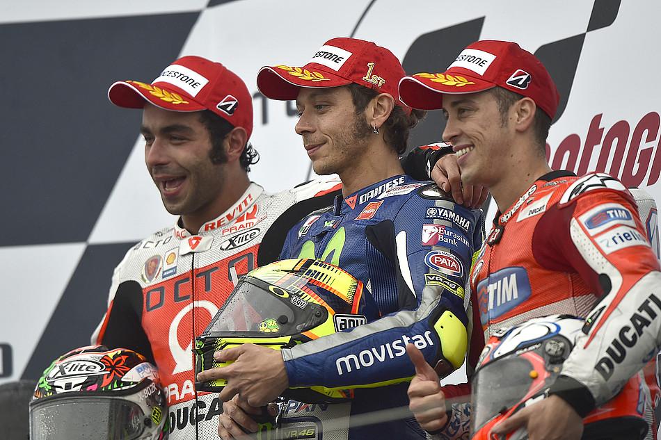 Подиум MotoGP Гран-При Великобритании 2015: Петруччи, Росси, Довициозо