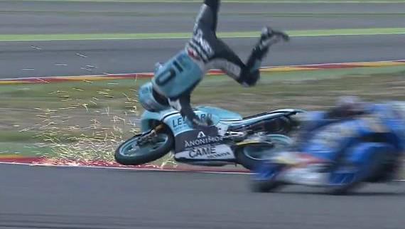 Видео: Падение Дэнни Кента в гонке Moto3 Гран-При Арагона 2015