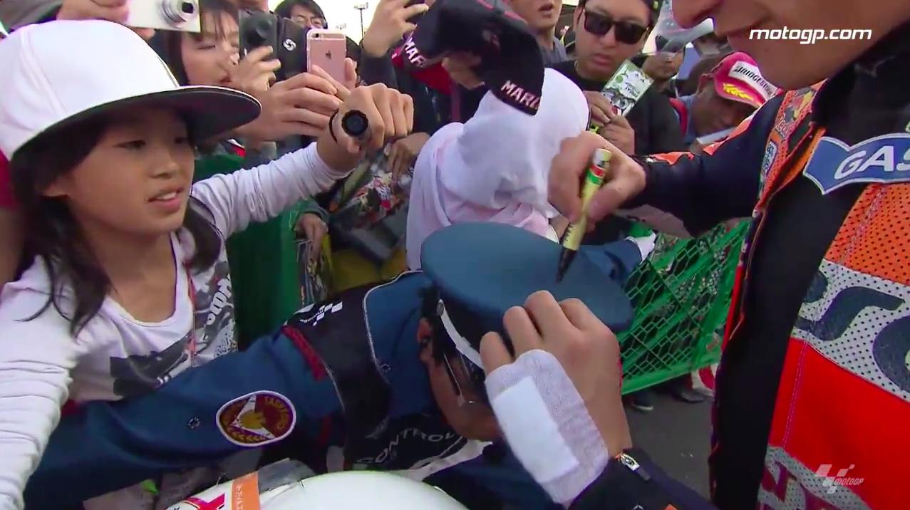 #JapaneseGP: Маркес оставил автограф на шляпе полицая