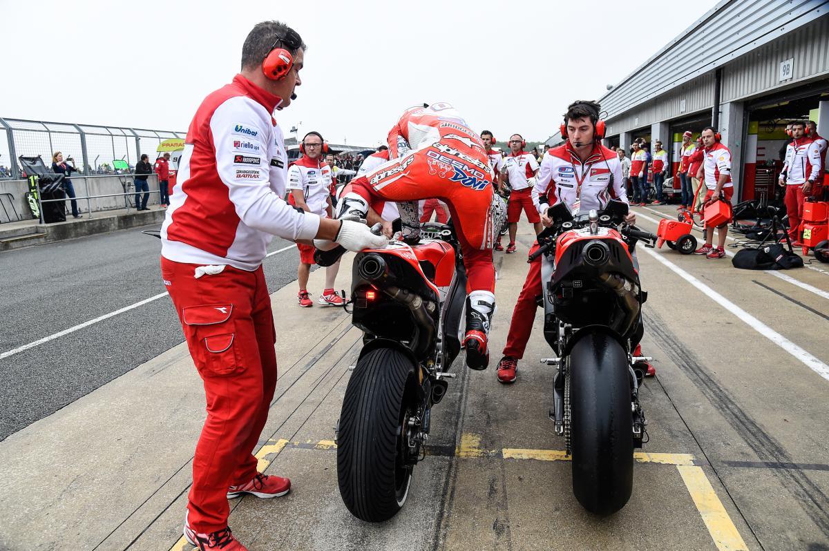 Дождь пит-стоп Гран-При Сан-Марино MotoGP 2015 Ducati Андреа Довициозо