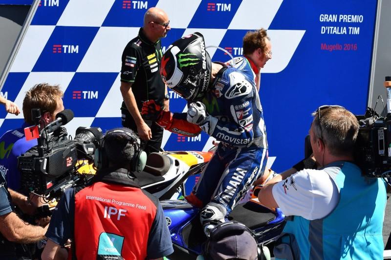 Хорхе Лоренсо празднует победу в Италии