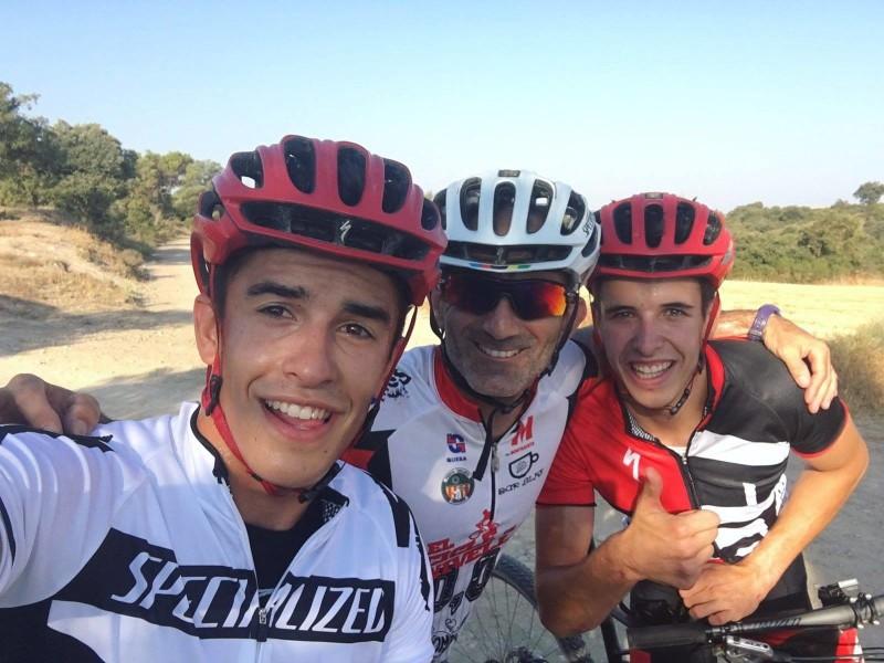 Братья Маркесы с тренером на велотренировке