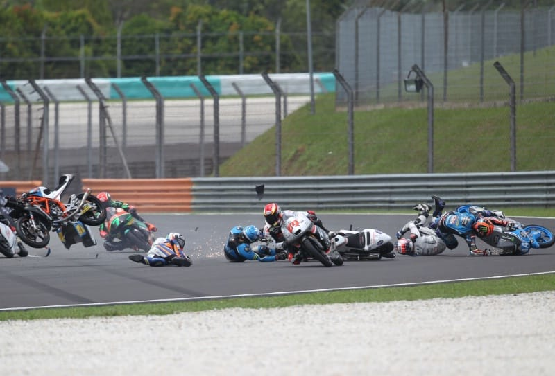завал в гонке Moto3 Гран-При Малайзии 2016