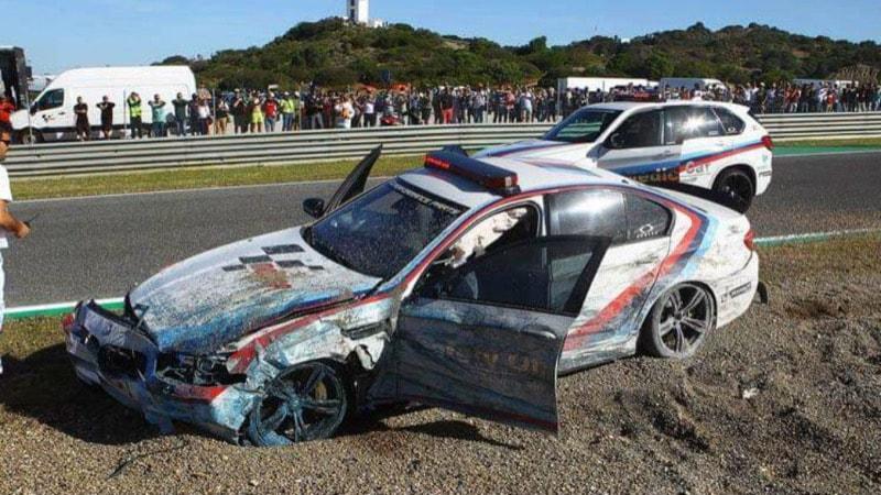Разбившийся автомобиль безопасности MotoGP