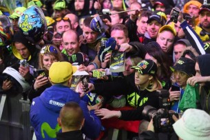 Росси и фанаты   MotoGP Гран-При Франции 2017   2017 05 GP France 00405