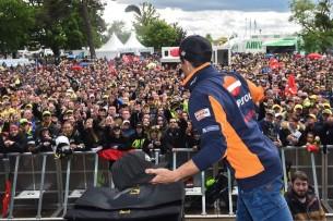 Маркес и фанаты   MotoGP Гран-При Франции 2017   2017 05 GP France 00407