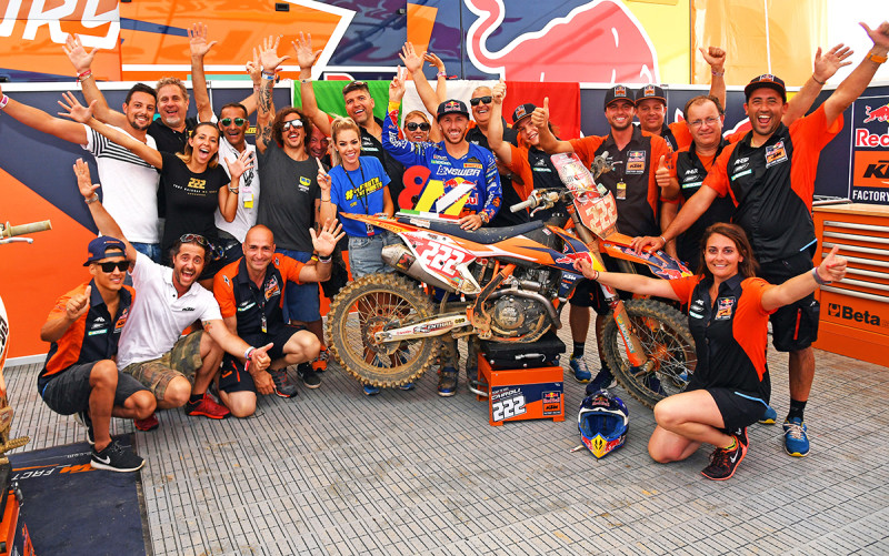 Антонио Кайроли с командой (MXGP, 2017)