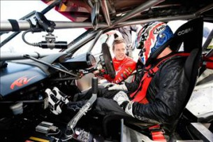 Кейси Стоунер тестирует V8 Supercar