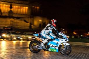 Данило Петруччи прокатился по улицам Рима на CRT-мотоцикле