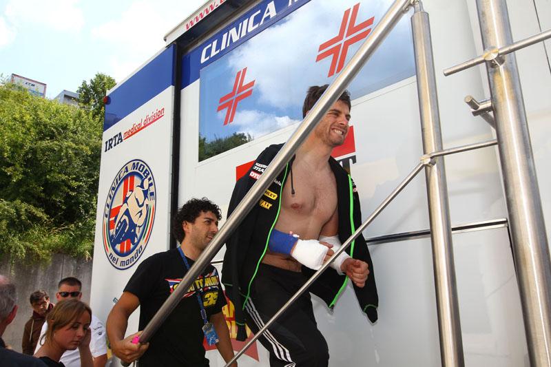 Травмированный Кэл Кратчлоу после падения во время второй практики Гран-При Германии MotoGP 2013