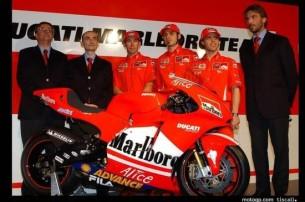 Доменикали, Бэйлис, Гуарески, Капиросси и Суппо - главные действующие лица Ducati GP на презентации модели 2004 года. Крайний слева - тогдашний президент концерна Фредерико Миноли