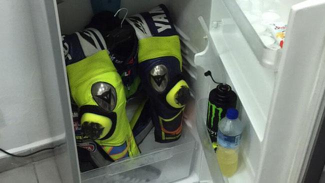 Валентино Росси спасался от жары, охлаждая свой костюм в холодильнике